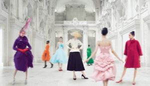 Diseños de Christian Dior el color rodeando al blanco y negro.